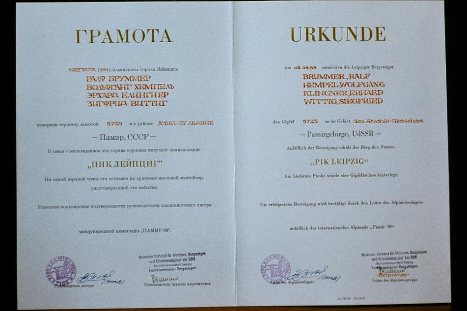 Eine Urkunde bestätigt die Erstbesteigung - sogar in zwei Schriften.