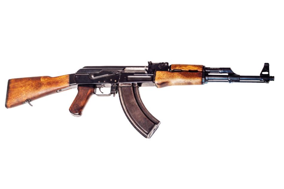 Bei dem 28-jährigen Mann wurde eine Zastava M70 (ähnlich einer Kalaschnikow) fest- und sichergestellt. (Symbolbild)