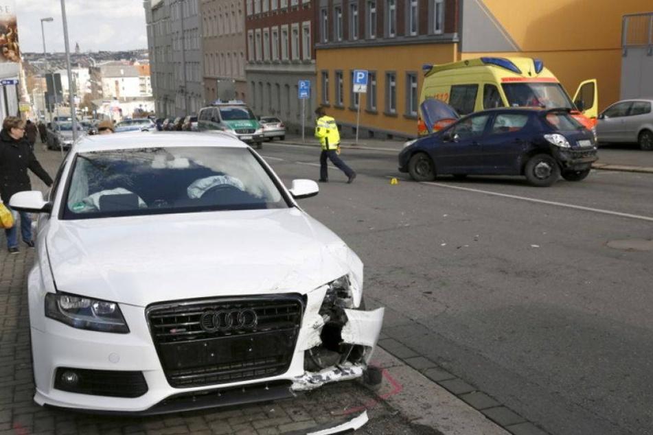 Fußgängerin von umherfliegender Stoßstange getroffen