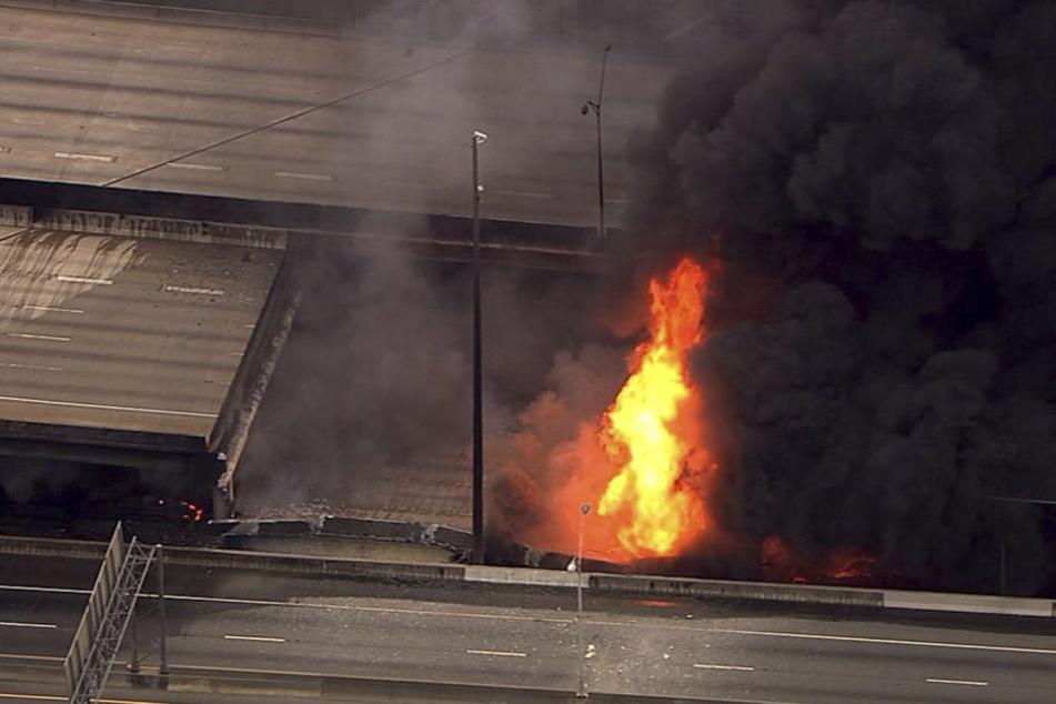 Ein großes Feuer hat eine Autobahnbrücke in Atlanta zum Einsturz gebracht.