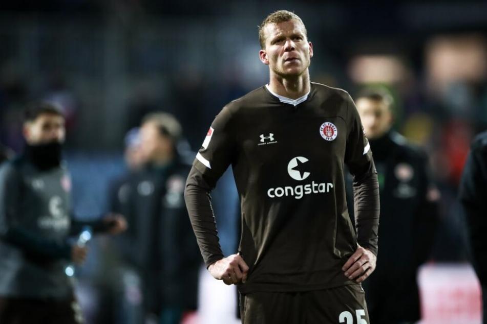 Henk Veerman steht nach dem Spiel gegen Holstein Kiel auf dem Platz.