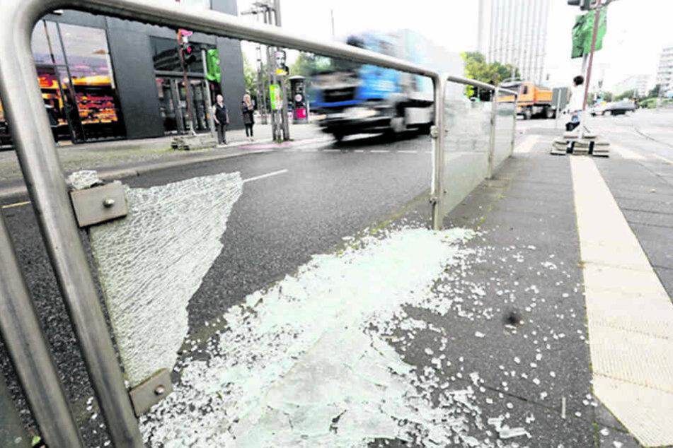 Vandalen haben an mehreren Haltestellen wie an der Brückenstraße Scheiben  zerstört.