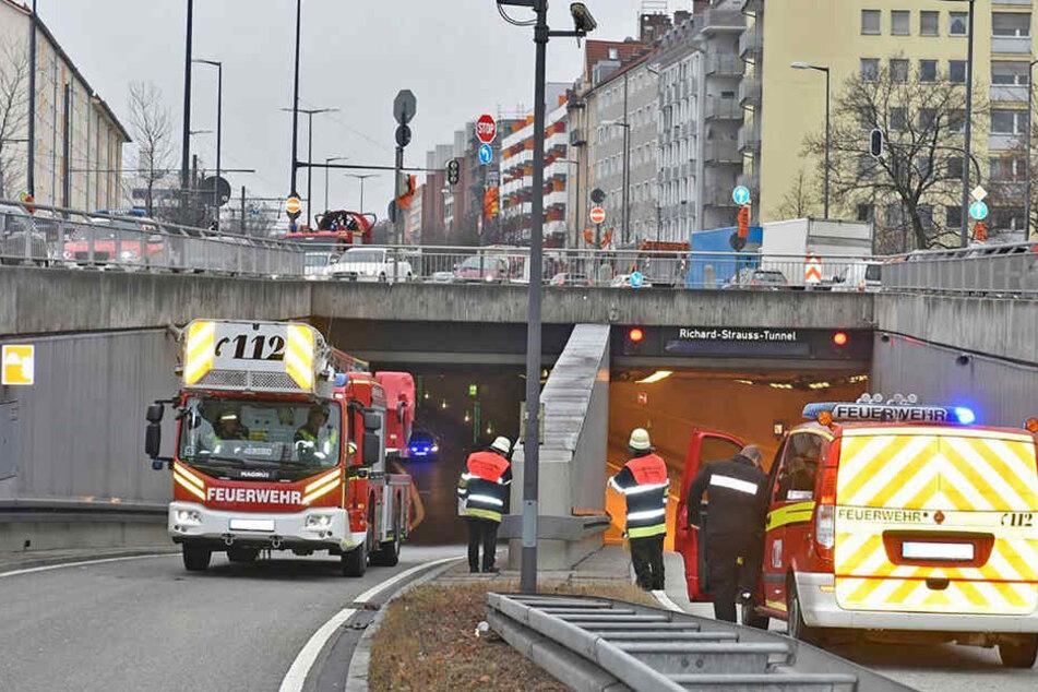 Die Feuerwehr sperrte den Richard-Strauss-Tunnel weiträumig ab.