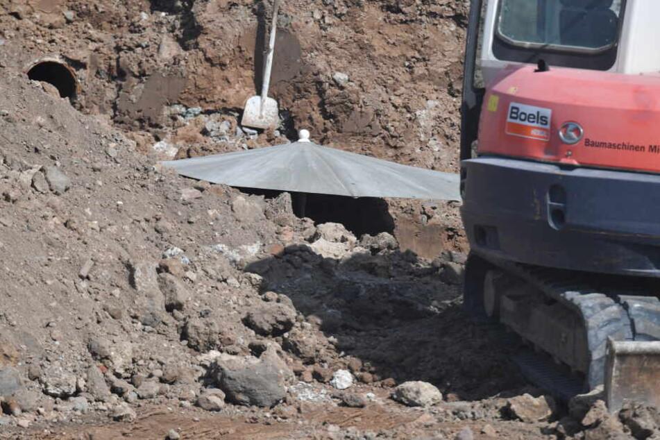 Eine gefundene Bombe aus dem Zweiten Weltkrieg, liegt tief unter dem Schirm an einer Baustelle in der Nähe der Europäischen Zentralbank.