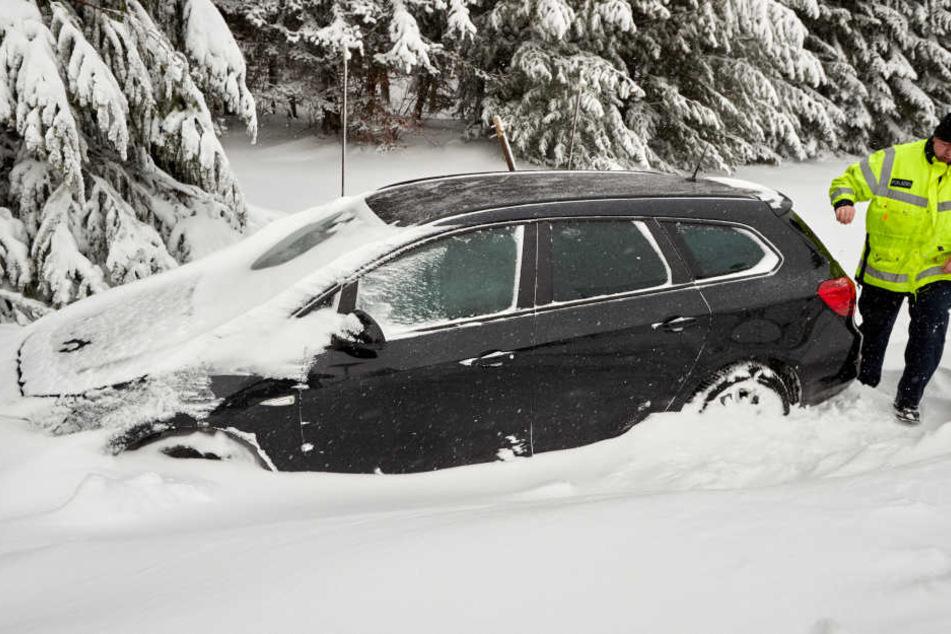Das Auto blieb im Schnee stecken.
