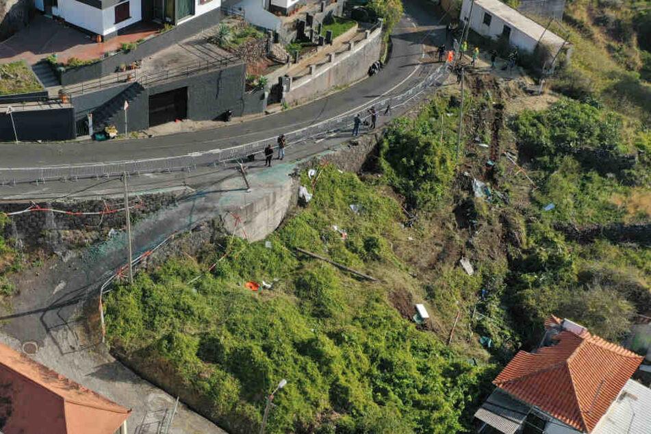 Die Unfallstelle in Canico/Portugal ist zur Straße hin abgesperrt.