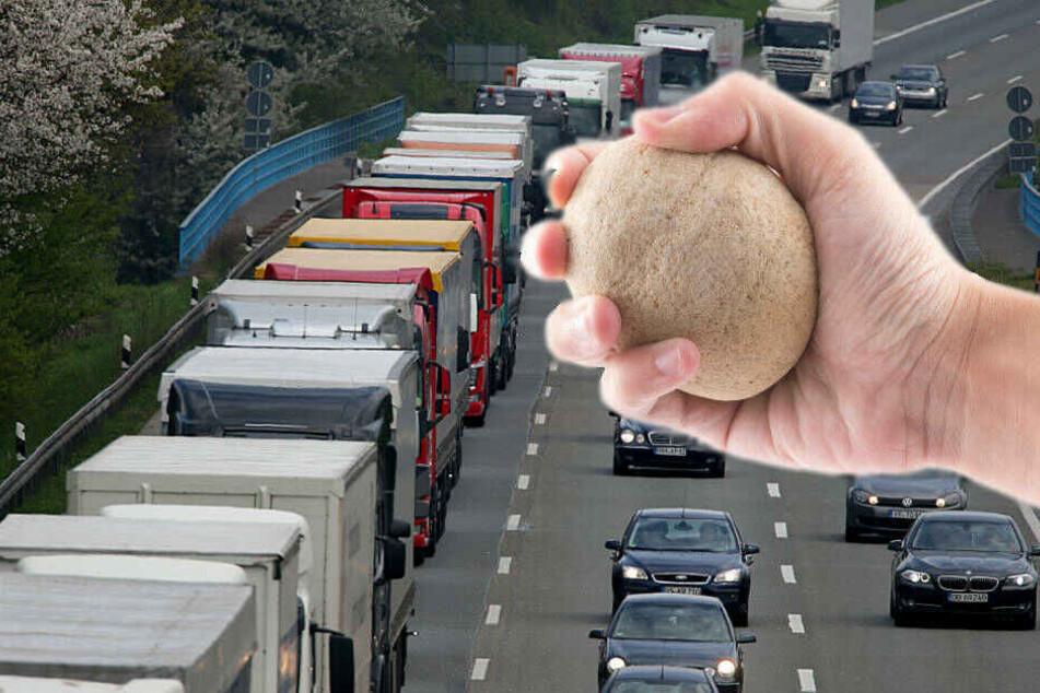Die Polizei geht davon aus, dass Unbekannte schwere Gegenstände von einer Überführung auf die Straße warfen.