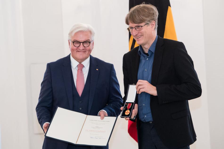 Andreas Dickerboom (rechts) erhielt die Auszeichnung von Bundespräsident Frank-Walter Steinmeier.