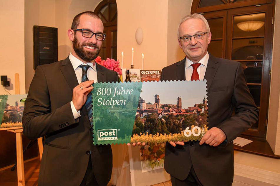 Stolz auf eine neue Marke: PostModern-Marketingchef Alexander Hesse (33, l.) übergibt Stolpens Bürgermeister Uwe Steglich (54) die neue Briefmarke.