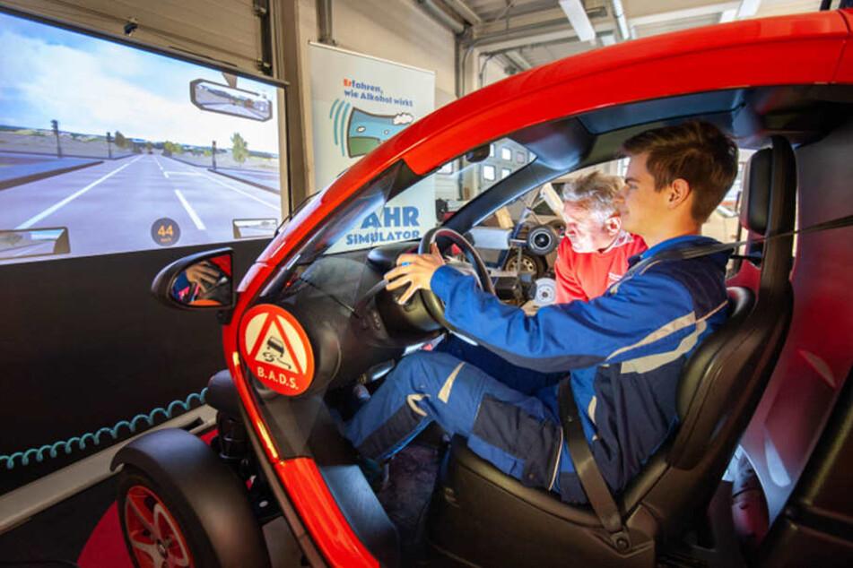 So fährt's sich also betrunken: Im Fahrsimulator des BADS erfahren Schüler, wie schnell Alkohol aus dem Konzept bringt.