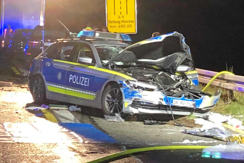 Ein Polizeiauto wurde bei einem Unfall auf der Autobahn 9 in Bayern schwer beschädigt.