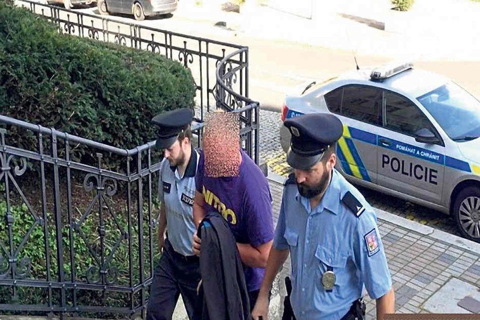 Der mutmaßliche Sex-Gangster (29) auf dem Weg ins Gericht.
