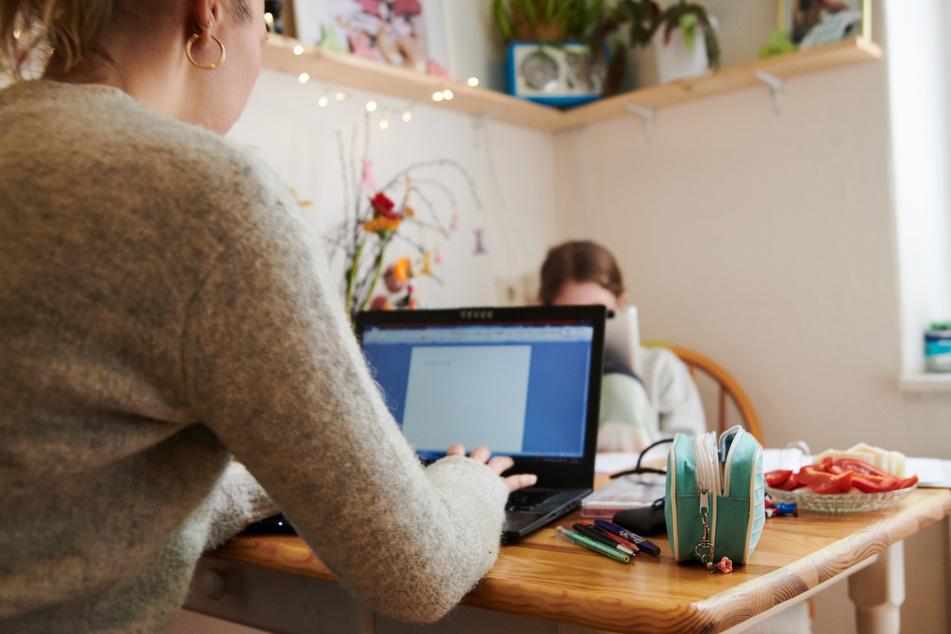 Während Corona haben sich viele Arbeitnehmer an das Homeoffice gewöhnt. Laut einer Umfrage wollen viele sogar lieber auf Gehalt verzichten, als irgendwann wieder ins Büro zu müssen. (Symbolbild)