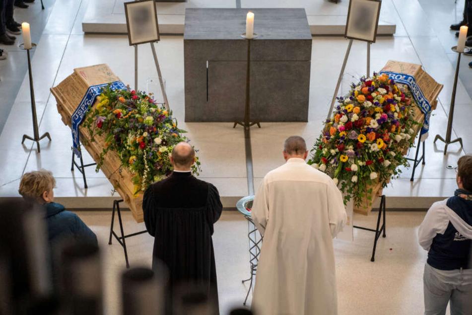 Thilo Auers (l), Pfarrer der Gemeinde Heroldsberg, und Bernhard Wolf, Gemeindereferent stehen bei dem ökumenischen Gottesdienst in Heroldsberg vor den Särgen der getöteten Jugendlichen.
