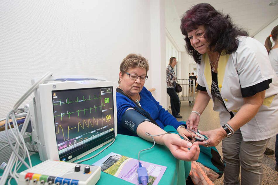 Werte-Check: Gisela Vogel und Sylvia Bonitz testen die Medizintechnik.