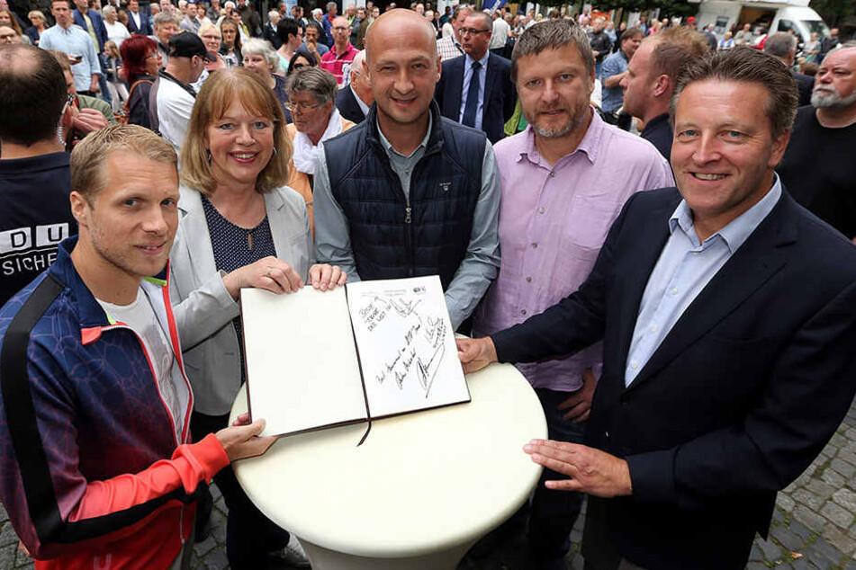 """Andrei Medvedev (Mitte) schrieb """"Bestes Turnier auf der ATP-Tour"""" ins Goldene Buch der Stadt."""