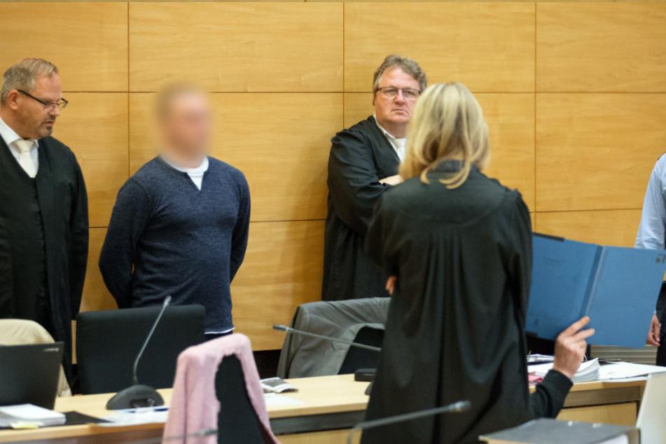 Eine Psychiaterin stellt vor dem Landgericht das Gutachten zu Kevin R. (2.v.l) vor.