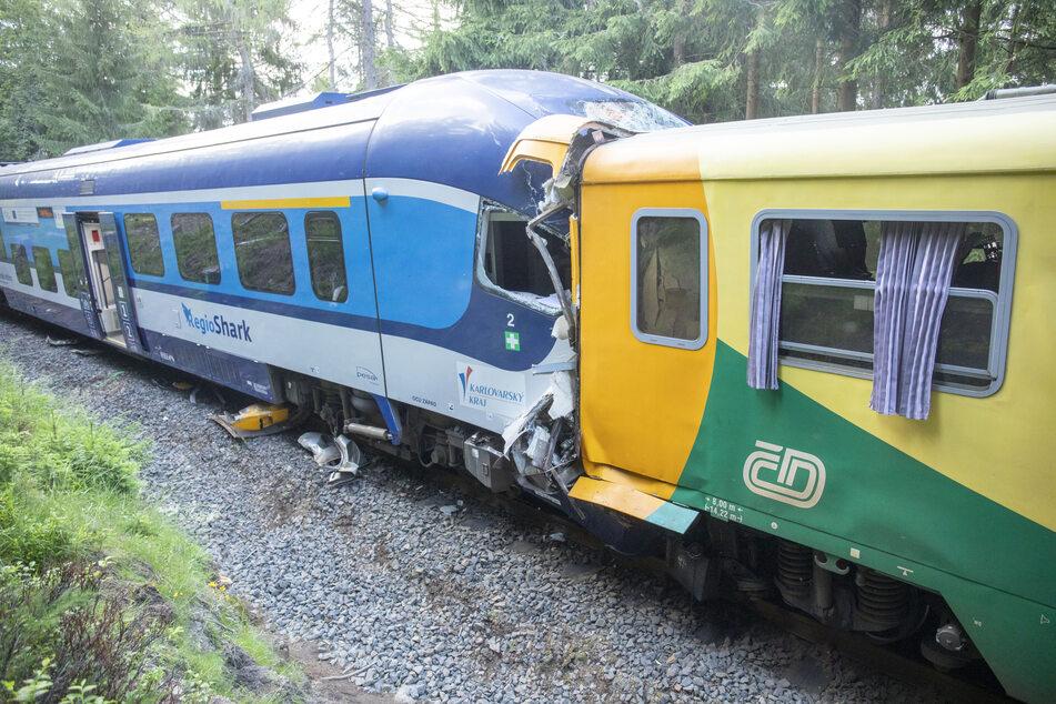 Bei dem schweren Zugunglück im tschechischen Teil des Erzgebirges am Dienstag starb ein Mann (49) aus dem Erzgebirge sowie ein Mann aus Tschechien.
