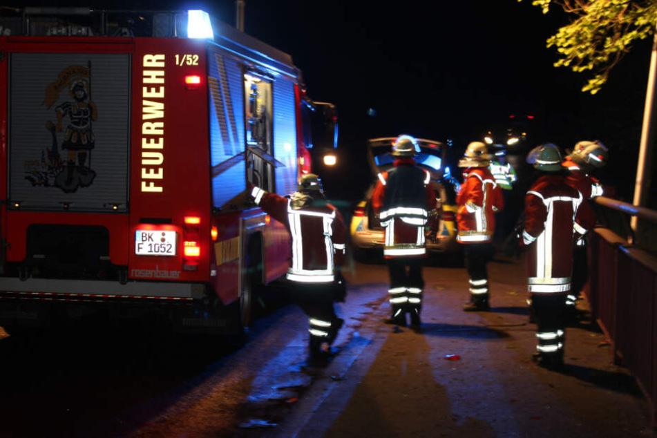 Die Feuerwehr befreite die zwei Frauen aus dem Opel.