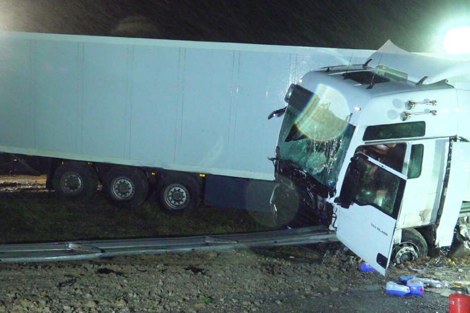 Zwei Lkw-Unfälle auf A8: Einer wird von Leitplanke aufgespießt, der andere kracht in Polizeiauto!