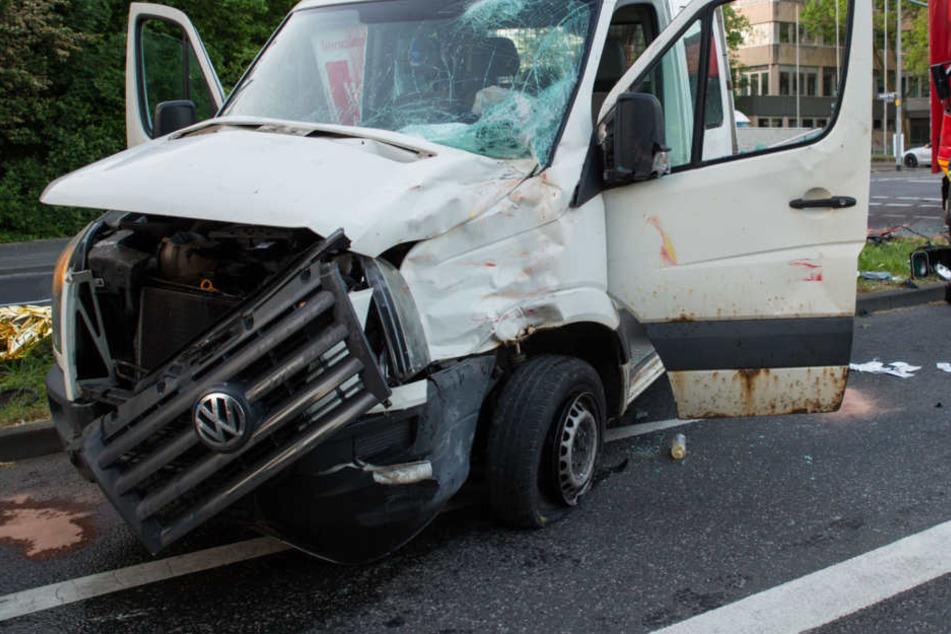 Durch die Wucht des Aufpralls wurde der VW-Transporter über eine Verkehrsinsel geschoben.