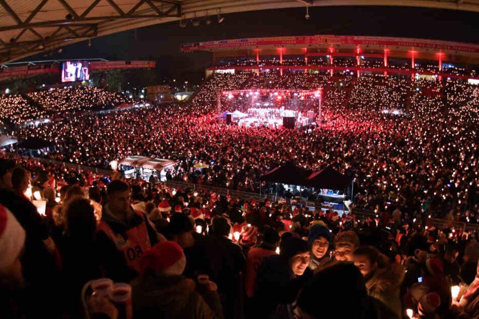 Dicht an dicht stehen die Besucher des Eisern-Union-Weihnachtssingen im Stadion an der Alten Försterei. (Archivbild)