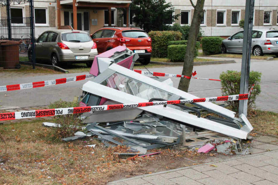 Die Telefonzelle liegt am Sonntag in Trümmern auf der Straße.