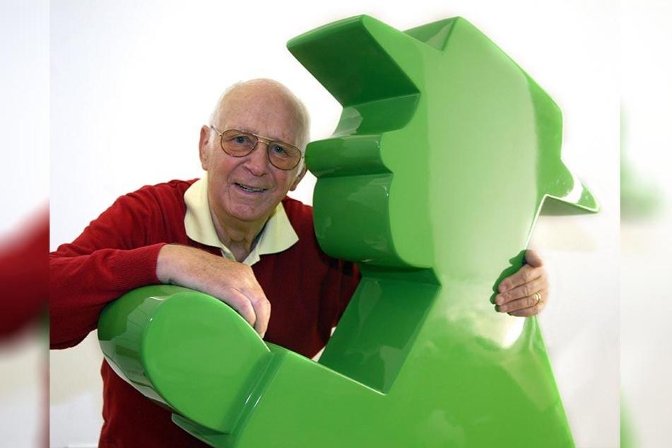 Karl Pegau lehnt kurz vor seinem 80. Geburtstag am grünen Geher. Seine Ampelmännchen sind heute Kult. Morgen wäre der Muskauer Verkehrspsychologe 90 Jahre alt geworden.