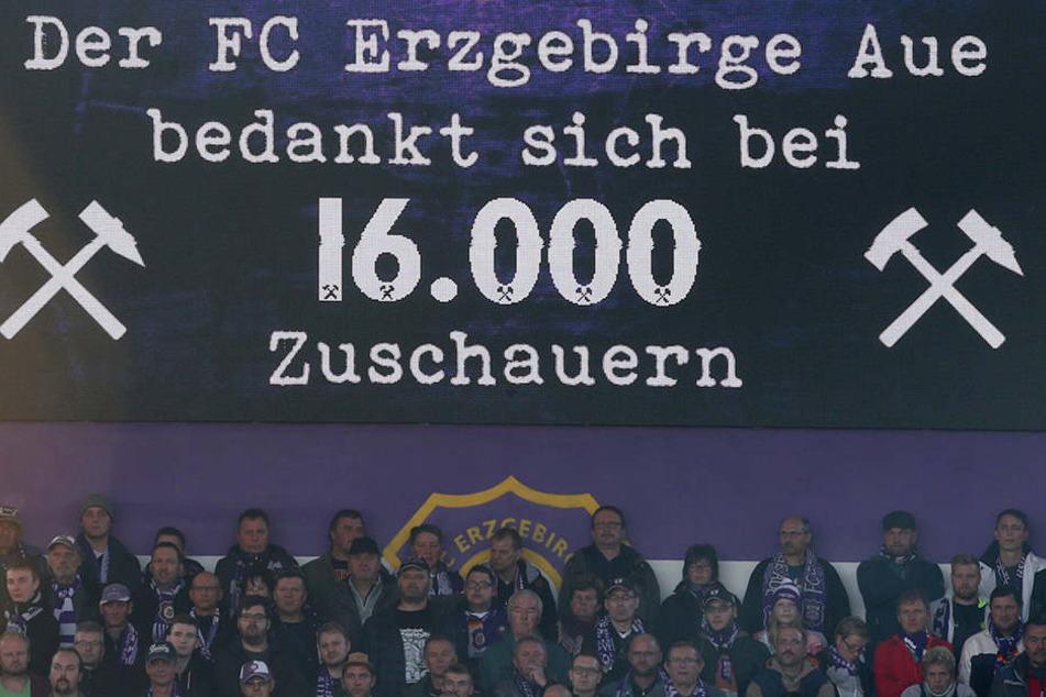 16000 Zuschauer sorgten gegen den HSV für ein ausverkauftes Erzgebirgsstadion.
