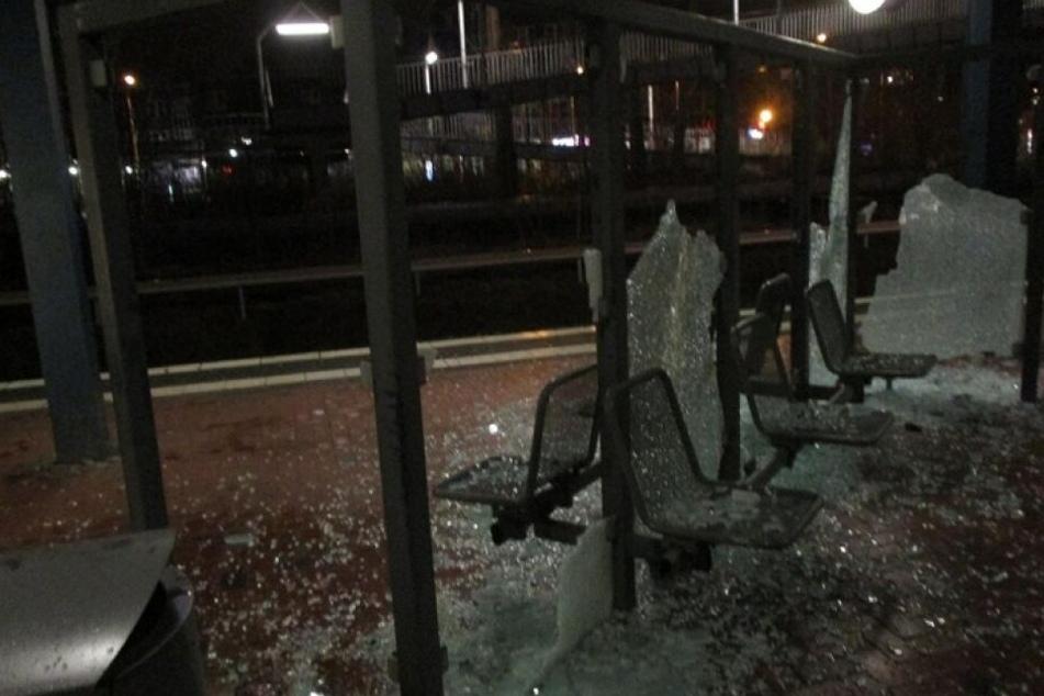 Der demolierte Unterstand an der S-Bahn-Haltestelle Lichtenhagen in Rostock.