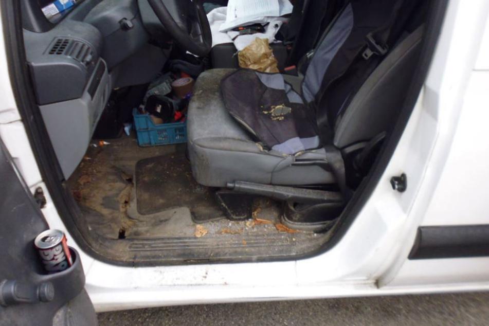 Der Fahrer saß auf (!) dem Sicherheitsgurt. Im Fußraum fanden die Beamten dann lauter Rostlöcher.