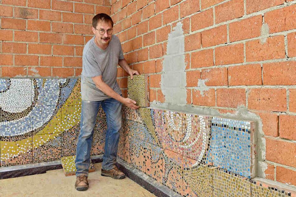 Restaurator Peter Jung setzt das Wandmosaik fachgerecht an den neuen Standort um.