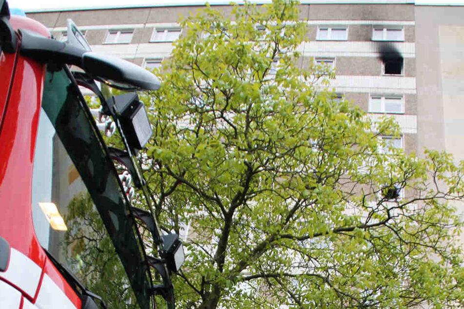 Die Kameraden der Feuerwehr mussten Brände in der sechsten und der neunten Etage des Hochhauses an der Albert-Schweitzer-Straße löschen.