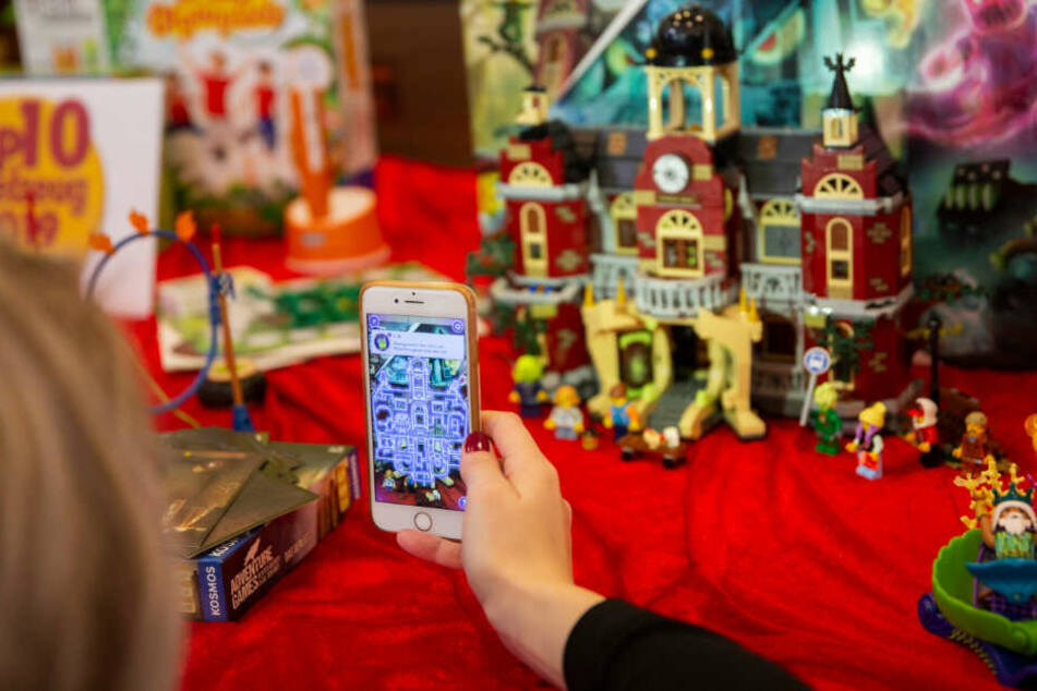 Next Level? Die spukende Schule (Lego) kombiniert Augmented reality (AR) mit physischen Bauteilen zur interaktiven Geisterwelt.