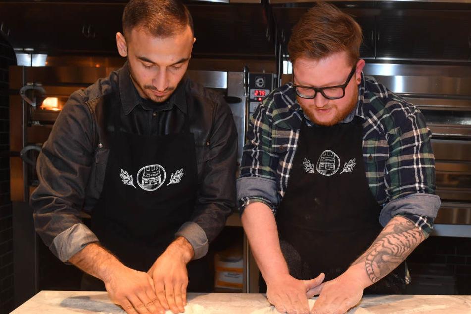 """Zusammen mit dem Restaurantleiter der L'Osteria Marcus Gehler (26, r.) knetet """"Andy"""" den Teig."""