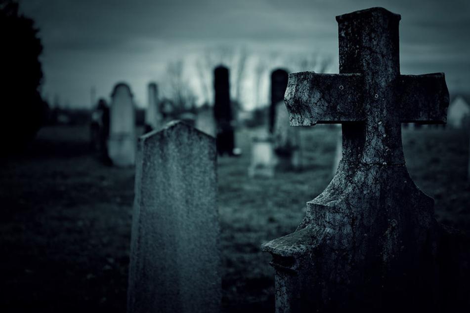 Die Polizei ermittelt im Fall eines Vermissten, der verletzt und gefesselt an einem Friedhof gefunden. (Symbolbild).