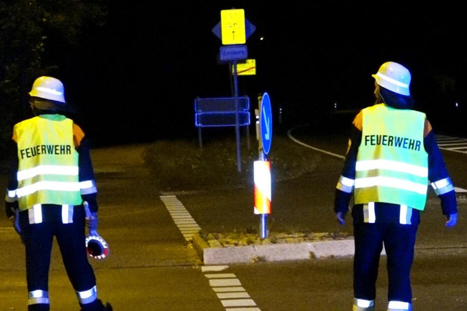 Ein Feuerwehrmann wurde bei einem Einsatz in Bayern von einem Auto erfasst.