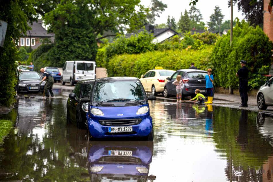 Das kurze, kräftige Gewitter zog am Samstag über den Westen von Hamburg und sorgte für überflutete Straßen, Keller und Unterführungen.