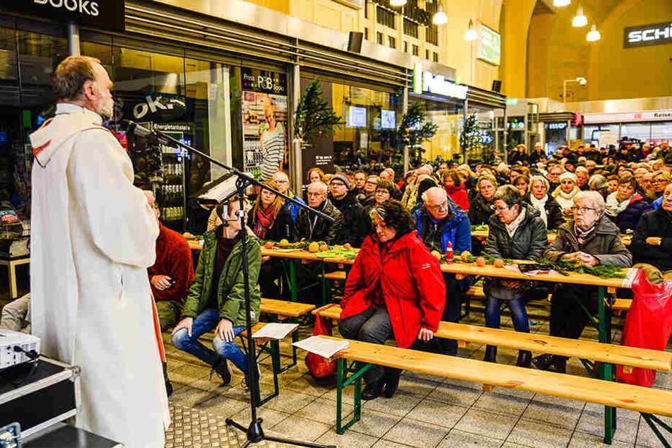 Die katholische Kirche hat zum Gottesdienst im Bielefelder Hauptbahnhof eingeladen.