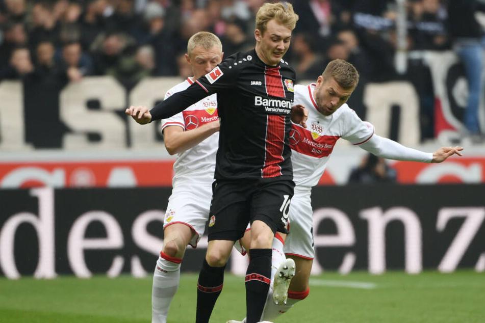 Leverkusens Julian Brandt im VfB-Sandwich: Stuttgarts Rechtsverteidiger Andreas Beck (l.) und Alexander Esswein (r.) attackieren ihn.