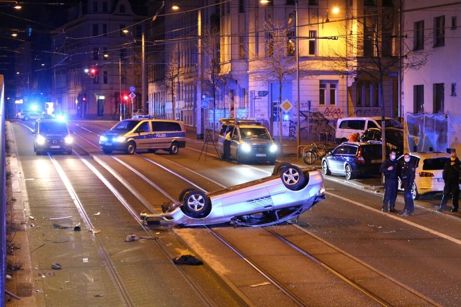 Das Auto kam von der Fahrbahn ab, überschlug sich und blieb im Gleisbett liegen.