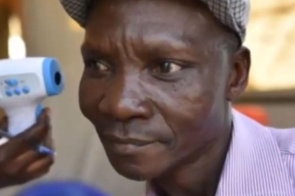 Durch die Fürze von Joe Rwamirama (48) sterben Moskitos angeblich wie die Fliegen.