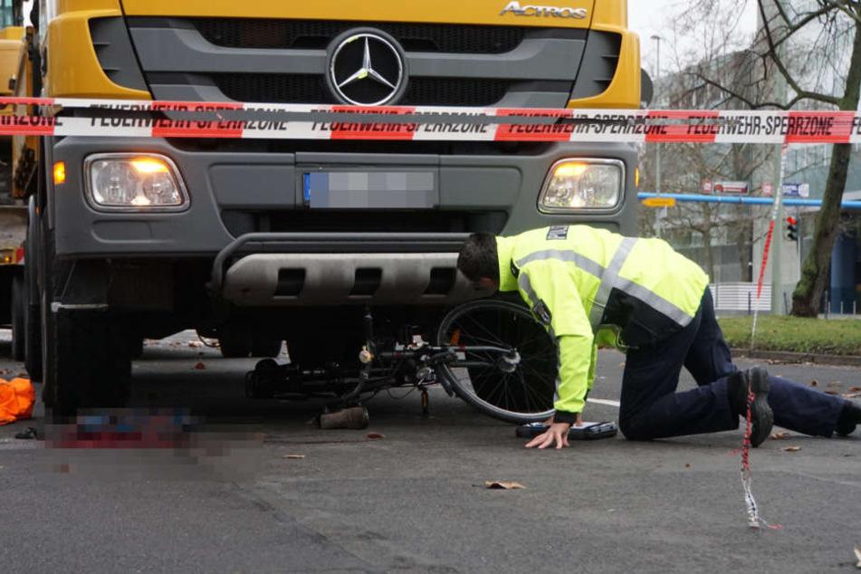 Das Fahrrad ist unter dem tonnenschweren Lkw verkeilt.