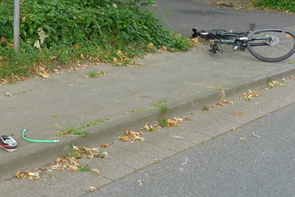 Das Fahrrad des 20-jährigen ist zerstört. Ein Schuh liegt noch auf der Straße.