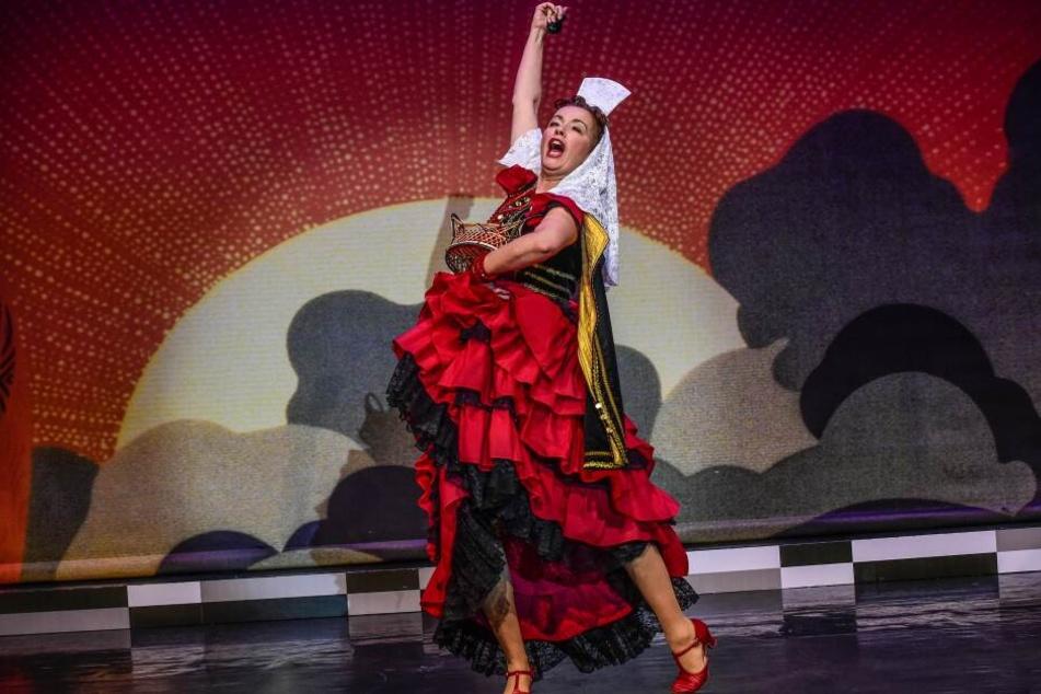 """Florence (Katka Kurze) ist mit Leidenschaft bei der Sache und singt """"Carmen""""."""