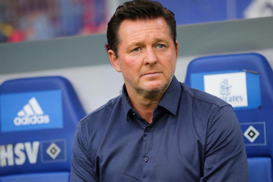 Hamburgs damaliger Trainer Christian Titz sitzt vor dem Spiel auf der Bank.