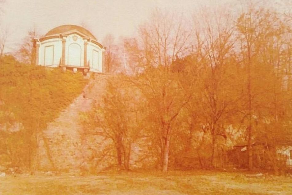 """Die historische Aufnahme zeigt den Fundort der Leiche im Schlossgarten von Aschaffenburg. Oben links ist der """"Frühstückstempel"""" zu sehen."""