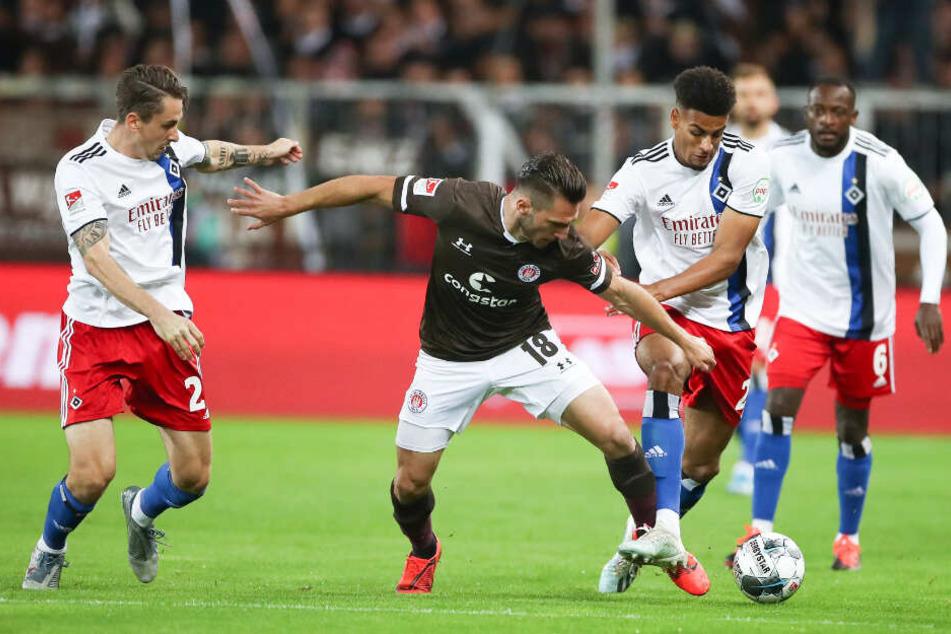 Dimitrios Diamantakos setzt sich gegen Josha Vagnoman und Adrian Fein durch.