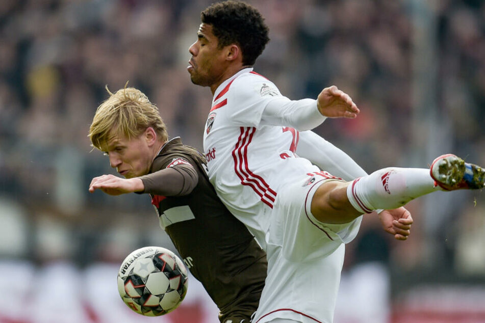 St. Paulis Mats Möller-Daehli schirmt den Ball vor Ingolstadts Paulo Otavio ab.