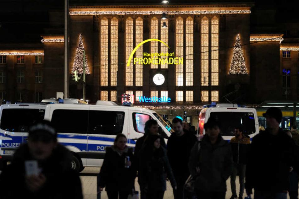 Leipzig: Vor dem Hauptbahnhof in Leipzig: Mann niedergeschlagen und ausgeraubt